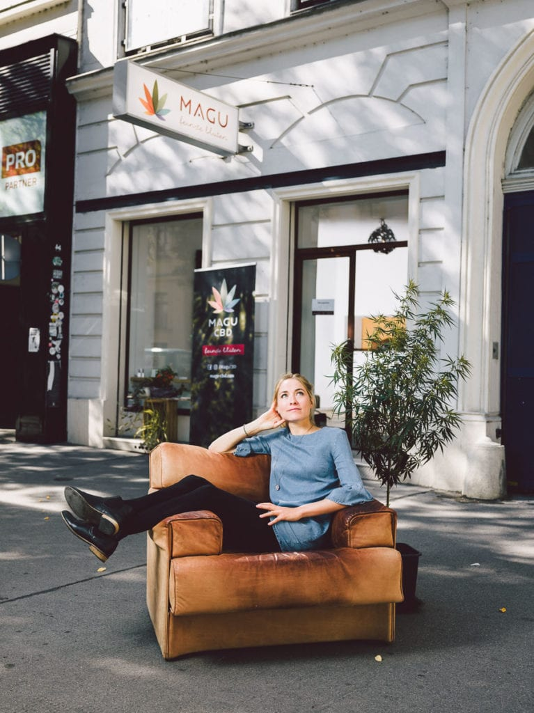 Sofie vor dem Magu CBD Shop