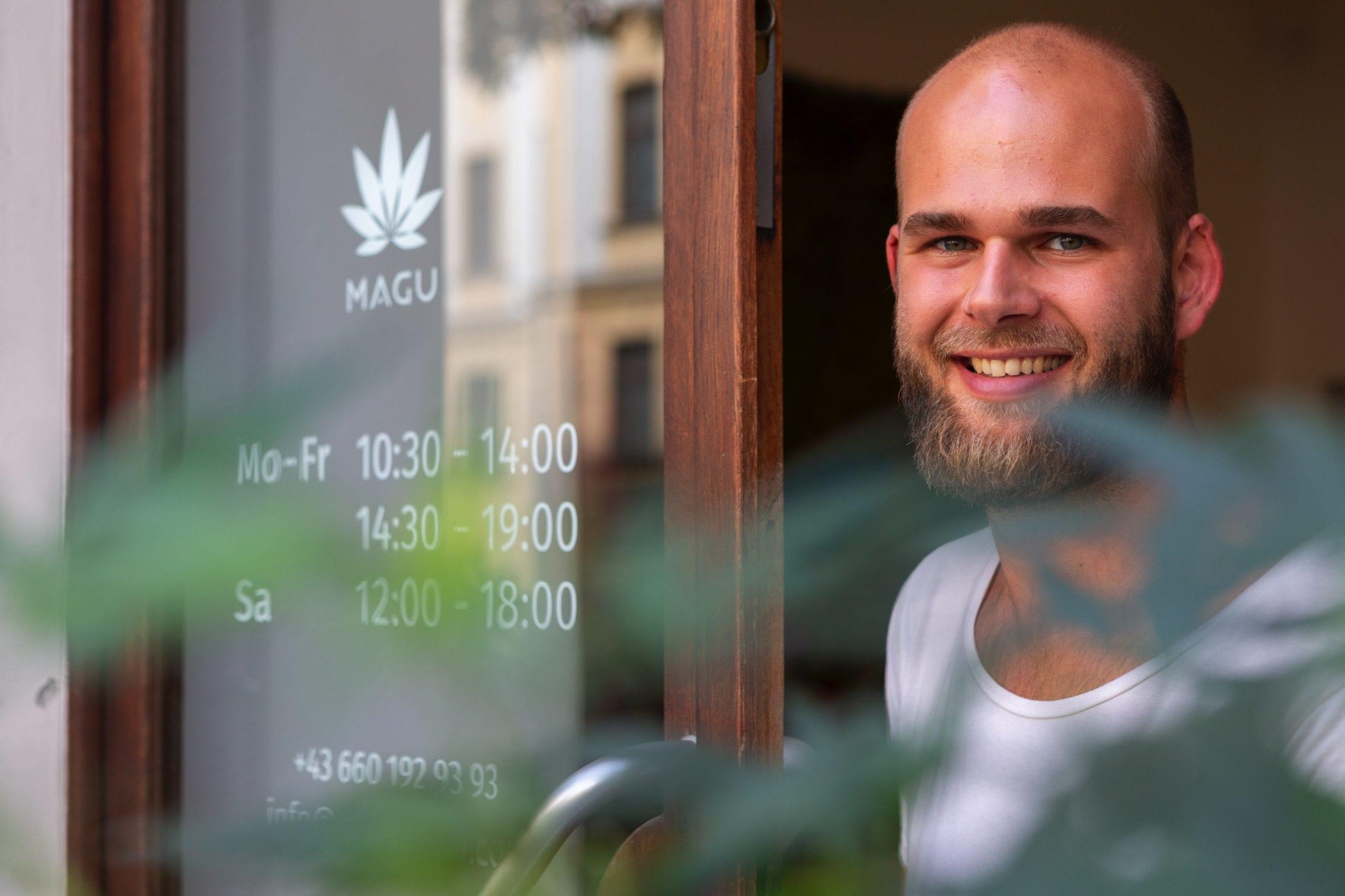 Sebastian Rießland, im CBD-Shop von MAGU (Stiftgasse Wien)